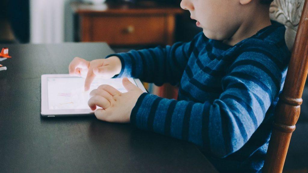 diritti dell'infanzia; bambini; internet; diritti digitali dei bambini; scuole italiane